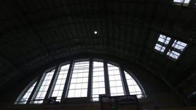 Riga, Lettland - 16. März 2019: Marktfleisch-Pavillondecke Rigas zentrale - ehemalige Zeppelinhangars - Rigas Centraltirgus stock video footage