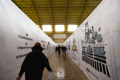 RIGA, LETTLAND - 16. MÄRZ 2019: Pavillon zentralen Marktes Rigas im Bau, Leute, die durch - ehemaligen Zeppelin überschreiten stockfotografie