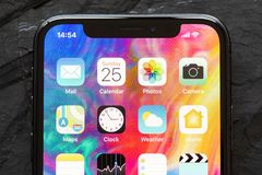 Riga, Lettland - 25. März 2018: Schließen Sie herauf Foto von Hauptschirmikonen des spätesten Generation iPhone X appleapplicatio Lizenzfreies Stockfoto