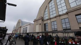 Riga, Lettland - 16. März 2019: Zentraler Markt Rigas Außen- ehemalige Zeppelinhangars - Rigas Centraltirgus stock video
