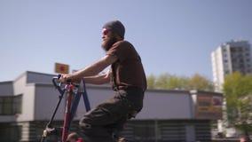 RIGA, LETTLAND - 1. MAI 2019: Enormes hohes Fahrrad - Fahrradparade am Werktag mit Familien und Freunden auf Straße des öffentlic stock video