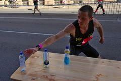 Riga, Lettland - 19. Mai 2019: Kaukasischer Auslesel?ufer Tommy, der nach Sport sucht, trinken lizenzfreie stockfotografie