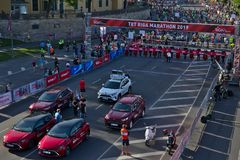 Riga, Lettland - 19. Mai 2019: Vorbereitungen nah an dem Anfang von Marathon TET Riga lizenzfreies stockfoto