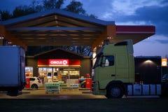 RIGA LETTLAND - MAJ 3, 2019: Bränslebensinstation för cirkel K DUS på sikt för Krasta gataytterdörr med lastbilar i förgrunden royaltyfria foton