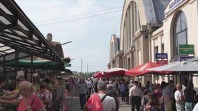 RIGA LETTLAND - MAJ 21, 2019: Centralaistirgus för central marknad som fylls med turister och lokaler som söker köpande mat och stock video