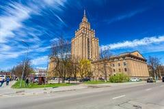 RIGA LETTLAND - MAJ 06, 2017: Sikt på den lettiska akademin av vetenskaper som lokaliseras i centret av Riga arkivfoto