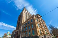RIGA LETTLAND - MAJ 06, 2017: Sikt på den lettiska akademin av vetenskaper som lokaliseras i centret av Riga royaltyfri foto