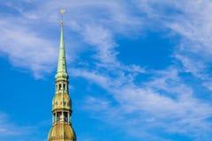 RIGA LETTLAND - MAJ 06, 2017: Sikten på kyrkan för ` s för torn- eller kupolRiga ` s StPeter med vindflöjeln lokaliseras i th arkivfoton