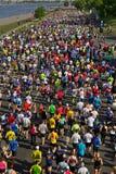 Riga Lettland - Maj 19 2019: Riga TET maratonl?pare som k?r fr?n startlinje royaltyfri foto