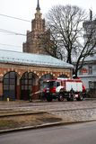 RIGA LETTLAND - MARS 16, 2019: Brandlastbilen är den rengjorda - chauffören tvättar brandmanlastbilen på en depo - sceniska sikte fotografering för bildbyråer
