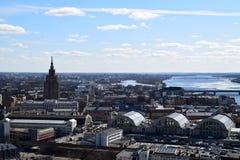 Riga Lettland, 27 mars, 2018 Sikt på stad med akademin av vetenskaper royaltyfria bilder