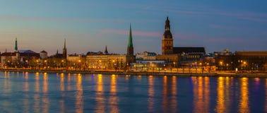 Riga (Lettland) nachts Lizenzfreies Stockbild