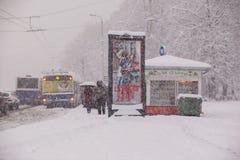 RIGA, LETTLAND - 4. NOVEMBER: Halt der öffentlichen Transportmittel, Schneesturm Lizenzfreies Stockfoto