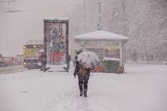 RIGA, LETTLAND - 4. NOVEMBER: Halt der öffentlichen Transportmittel, Schneesturm Stockfotografie