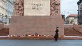RIGA, LETTLAND - 14. NOVEMBER 2018: Lettland 100 Jahre Soldaten schützen von der Ehre am Freiheits-Monument lizenzfreie stockbilder