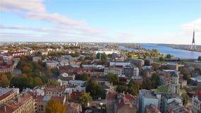 Riga Lettland, 16-October-2016: Sikt av Riga från observationsdäcket av den lettiska akademin av vetenskaper, Riga, Lettland stock video
