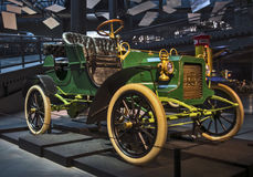 RIGA LETTLAND - OKTOBER 16: Retro bil 1905 av det årsREO Model Release Riga Motor museet, Oktober 16, 2016 i Riga, Lettland Arkivbilder