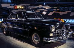 RIGA LETTLAND - OKTOBER 16: Retro bil av det motoriska museet för år 1956 GAZ ZIM 12 Riga, Oktober 16, 2016 i Riga, Lettland Royaltyfria Foton