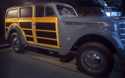 RIGA LETTLAND - OKTOBER 16: Retro bil av det motoriska museet för år 1955 MOSKVIC 401/422 Riga, Oktober 16, 2016 i Riga, Lettland Arkivfoto