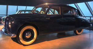 RIGA LETTLAND - OKTOBER 16: Retro bil av det motoriska museet för år 1949 TATRA 87 Riga, Oktober 16, 2016 i Riga, Lettland Arkivfoto