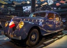 RIGA LETTLAND - OKTOBER 16: Retro bil av för Riga för sport för årsRENAULT viva det storslagna museet 1938 motor, Oktober 16, 201 Arkivbild
