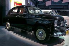 RIGA LETTLAND - OKTOBER 16: Retro bil av motormuseet för år 1951 GAZ M20 POBEDA Riga, Oktober 16, 2016 i Riga, Lettland Arkivbild