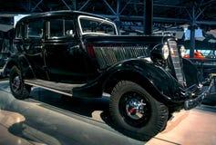 RIGA LETTLAND - OKTOBER 16: Retro bil av motormuseet för år 1936 GAZ M1 Riga, Oktober 16, 2016 i Riga, Lettland Royaltyfria Foton