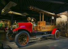 RIGA LETTLAND - OKTOBER 16: Retro bil av motormuseet för år 1913 RUSSO-BALT D24/40 Riga, Oktober 16, 2016 i Riga, Lettland Royaltyfria Foton