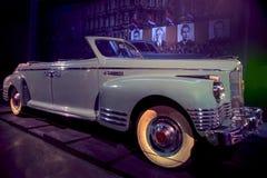 RIGA LETTLAND - OKTOBER 16: Retro bil av motormuseet för år 1950 ZIS 110B Riga, Oktober 16, 2016 i Riga, Lettland Royaltyfri Bild