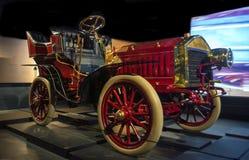 RIGA LETTLAND - OKTOBER 16: Retro bil 1903 av museet för årsKrastin Riga motor, Oktober 16, 2016 i Riga, Lettland Arkivbilder