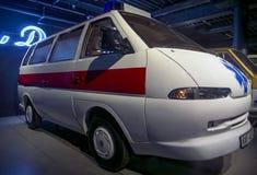 RIGA LETTLAND - OKTOBER 16: Retro bil av museet 1993 för motor för årsR.A.F.M2 Riga, Oktober 16, 2016 i Riga, Lettland Royaltyfria Bilder