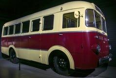 RIGA LETTLAND - OKTOBER 16: Retro bil av Riga för årsR.A.F. 976 det motoriska museet 1961, Oktober 16, 2016 i Riga, Lettland Arkivbilder