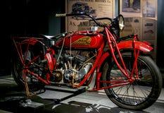 RIGA LETTLAND - OKTOBER 16: Retro motorcyklar av den årsindiern 1926 spanar Riga för modell 37 det motoriska museet, Oktober 16,  Royaltyfri Fotografi