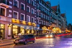 Riga, Lettland Parkendes Auto auf Kalku-Straße in der Abend-oder Nachtbeleuchtung in der alten Stadt Stockfotografie