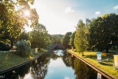 Riga, Lettland Stadt-Fluss-Kanal im Park-Bastions-Hügel Das Glänzen wird durch die gelben und orange Kreise symbolisiert Stockfotos
