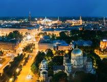 Riga, Lettland Stadtbild in der Abend-Nachtbeleuchtung St Peter Stockbilder