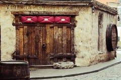 Riga, Lettland Tür des mittelalterlichen Restaurants Rozengrals, Vinarium Civitatis Rigensis, in der alten Stadt von Riga Stockbilder