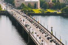 Riga, Lettland Verkehr auf den Akmens-Neigungen, Steinbrücke, Straße stockbild