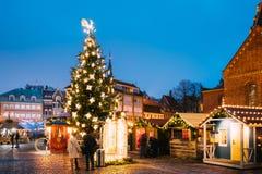 Riga, Lettland Weihnachtsmarkt auf Hauben-Quadrat Weihnachtsbaum und Handels-Häuser stockfotografie