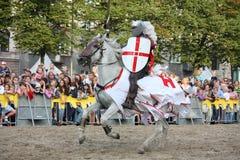 RIGA, LETTONIA - 21 AGOSTO: Membro del te di acrobazia dei cavallerizzi dei diavoli Fotografie Stock Libere da Diritti