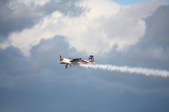 RIGA, LETTONIA - 20 AGOSTO: Pilota da U.S.A. Jeff Boerboon sul supplemento Fotografie Stock Libere da Diritti