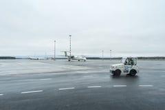 RIGA, LETTONIA - 24 GENNAIO 2017: Aeroporto internazionale di Riga con il un poco baltico 8 Q400 del bombardiere dell'aeroplano d Fotografie Stock Libere da Diritti