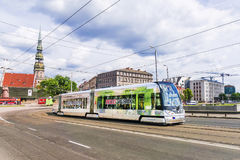 RIGA, LETTONIA 10 GIUGNO 2017: un tram moderno nelle vecchie vie di Fotografia Stock Libera da Diritti