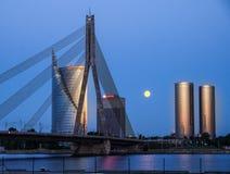 Riga, Lettonia - 21 maggio 2016: Vista di notte sul ponte cavo-rinforzato Fotografie Stock