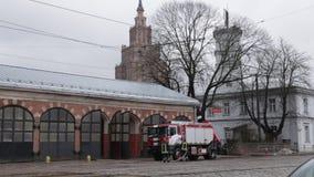 RIGA, LETTONIA - 16 MARZO 2019: Il camion dei vigili del fuoco sta essendo - il driver lava il camion del pompiere ad un depo - v archivi video