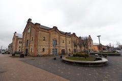 RIGA, LETTONIA - 16 MARZO 2019: Panoramica di un quarto di Spikeri situato fra le vie di Maskavas, di Turgeneva e di Krasta dentr fotografia stock libera da diritti