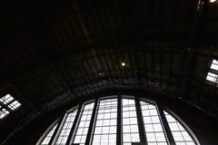 RIGA, LETTONIA - 16 MARZO 2019: Soffitto del padiglione del mercato centrale di Riga, alimento di acquisto della gente - preceden fotografia stock