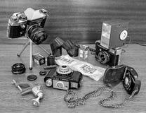 Riga, Lettonia - 17 ottobre 2016: Natura morta di vecchi macchine fotografiche e film Fotografia Stock Libera da Diritti