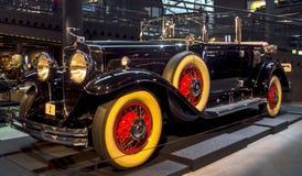 RIGA, LETTONIA - 16 OTTOBRE: Retro automobile del museo 1930 del motore di Riga di serie 353 di CADILLAC V8 di anno, il 16 ottobr Fotografie Stock