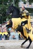 RIGA, LETTONIE - 21 AOÛT : Membre de Dan Naprous du cheval de diables Images libres de droits